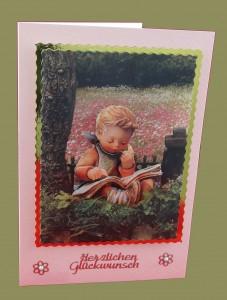 Junge liest ein Buch in der Wiese