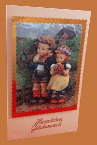 Junge mit Mädchen gehen Bergweg runter