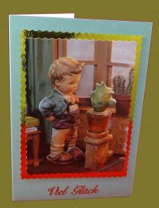 Junge schaut Kaktus an
